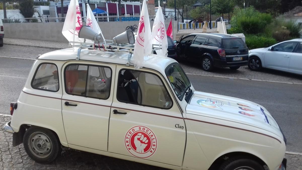 Renault 4 met logo en vlaggen van de Partido Socialista (PS)