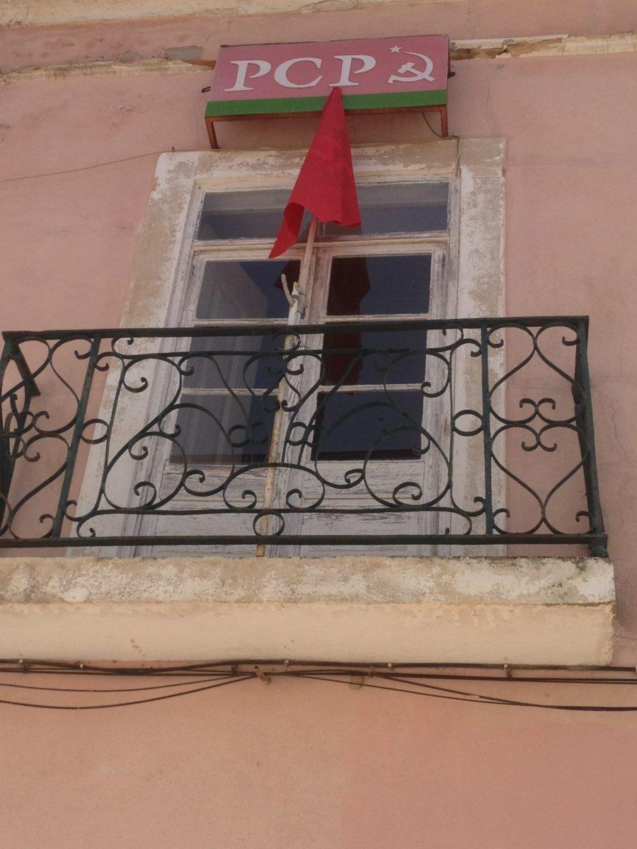 Kantoor PCP Alcobaça, met rode vlag aan de gevel.