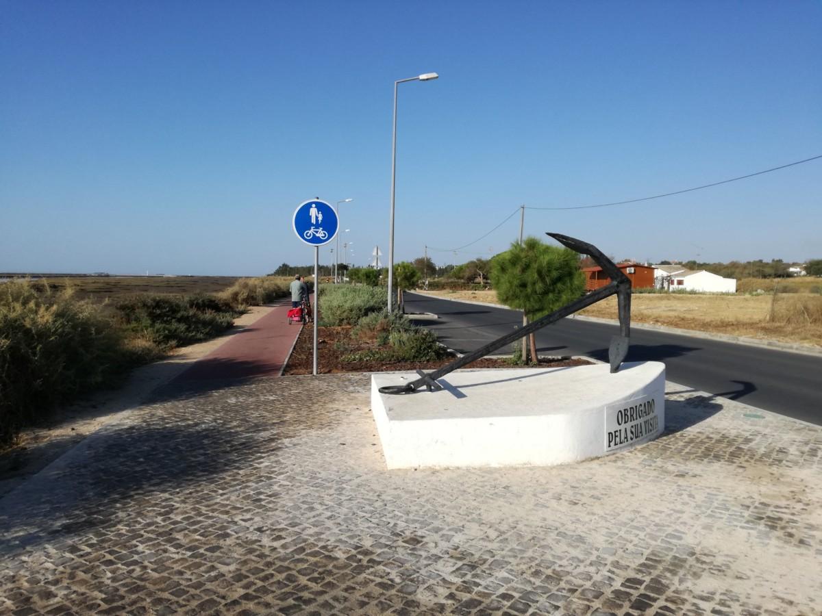 Langs de weg van Santa Luzia naar het strand is een pad gemaakt dat fietsers en voetgangers moeten delen.