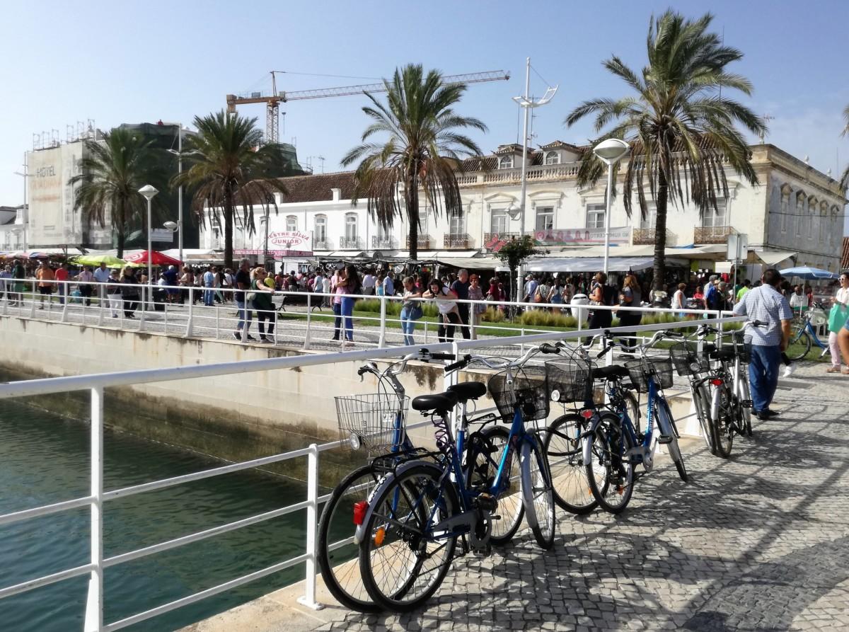 Vila Real de Santo António, eindpunt van de Ecovia do Algarve. Tegen de railing aan de rivieroever staan flink wat fietsen geparkeerd.