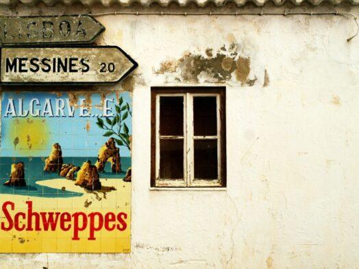 Algarve gevel met reclamebord