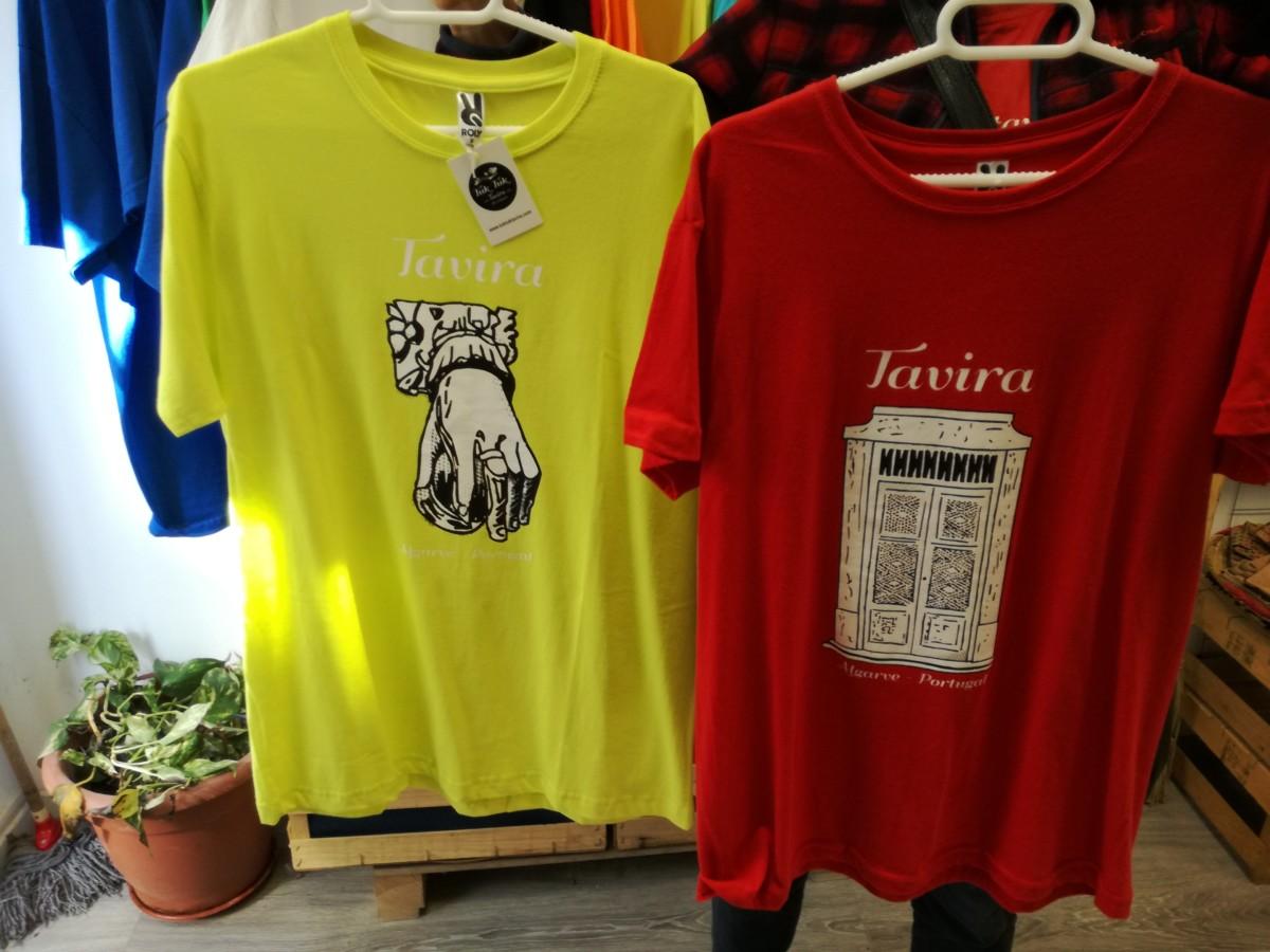 Een geel T-shirt met e n porta reixa, een deur met traliewerk erop afgebeeld.