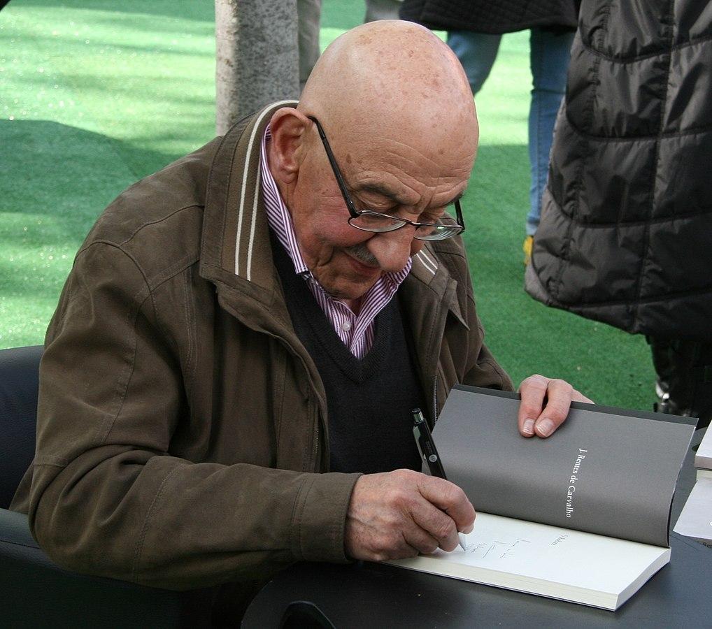 J. Rentes de Carvalho aan het signeren in Lissabon.