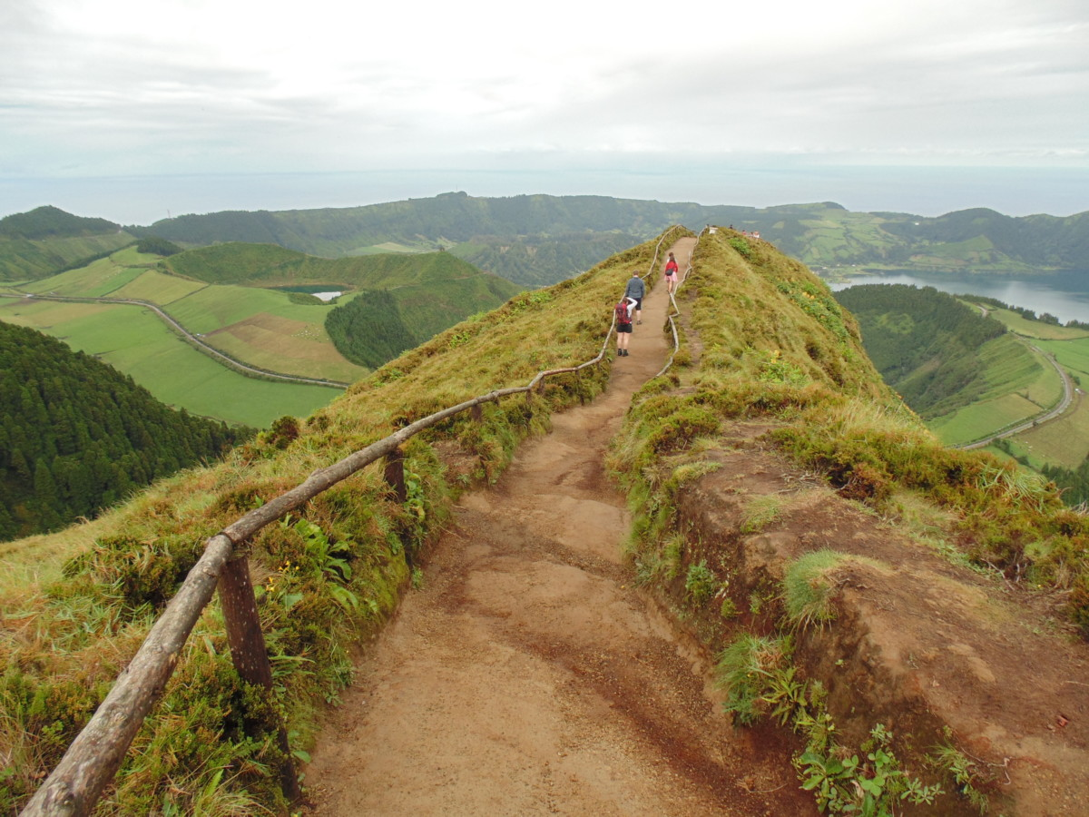 Foto van groen pad on de heuvels op Sao Miguel op de Azoren