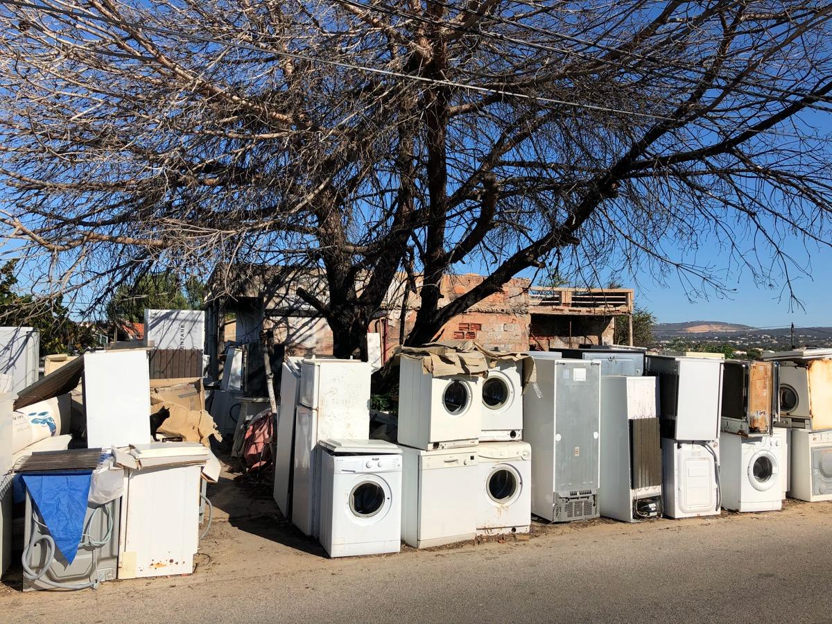 Een verzameling oude koelkasten, wasmachines e.d.