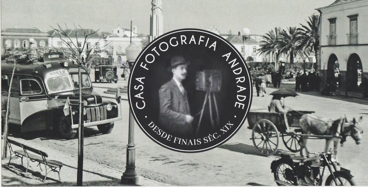 Het Praça da República in Tavira op een oude zwart-witfoto. Er staan een autobus, een paard-en-wagen en een motorfiets.