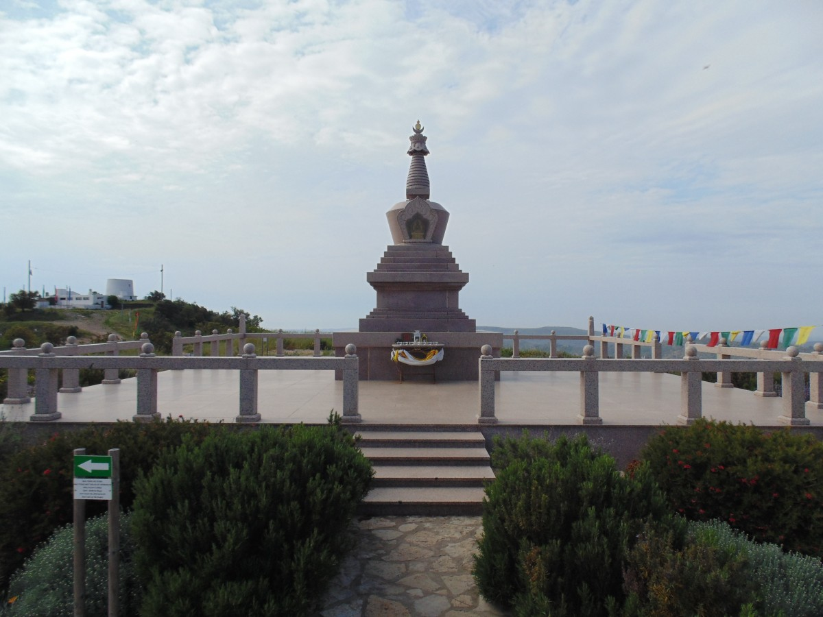Stupa monument Boeddha Algarve Portugal