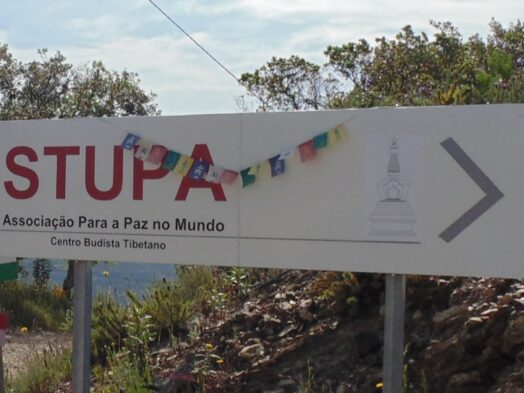 Stupa tebetaans monument in de algarve portugal