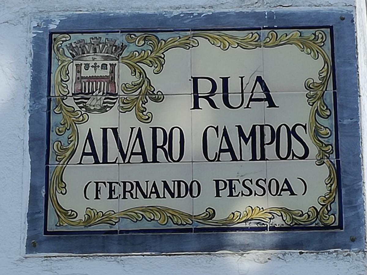 Straatnaambord van de Rua Alvaro Campos (Fernando Pessoa) in Tavira uitgevoerd in een tegeltableau waar ook het stadswapen op staat.