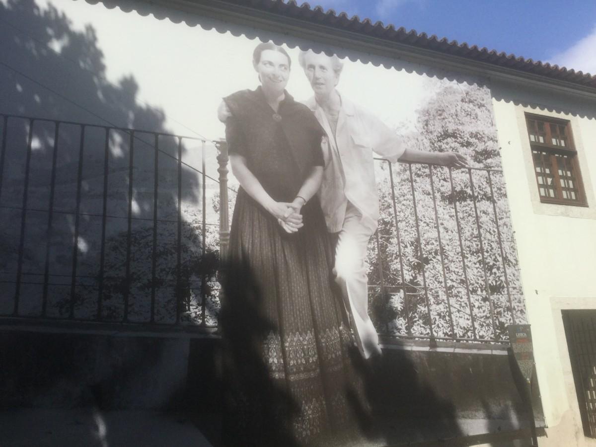 foto van twee kunstenaars op de gevel  van een aan hen gewijd museum in Lissabon