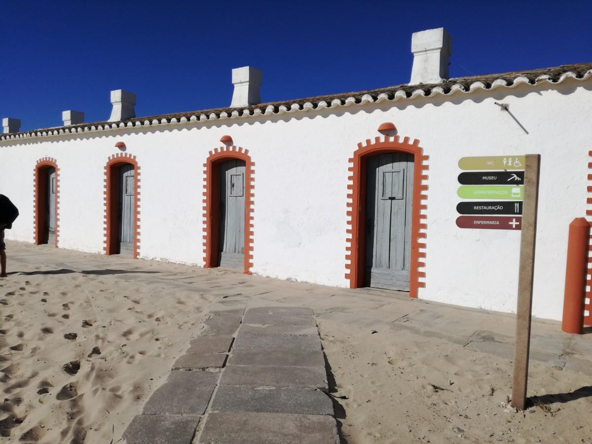 Gebouw op het stand van Barril met meerdere deuren, vroeger onderkomen voor de vissers gedurende de tonijnvangst.