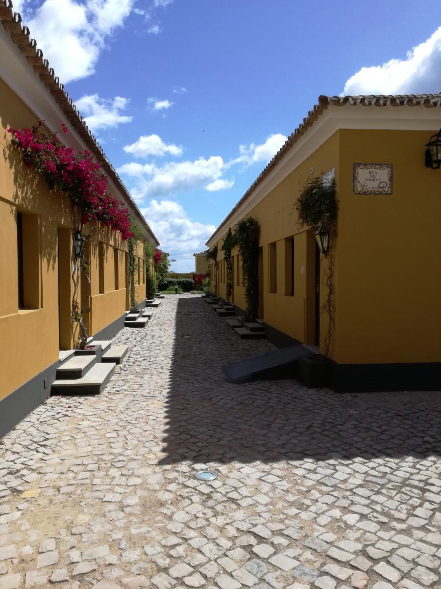 Straat in het dorp dat gebouwd was voor de tonijnvissers. Het is nu een hotel.