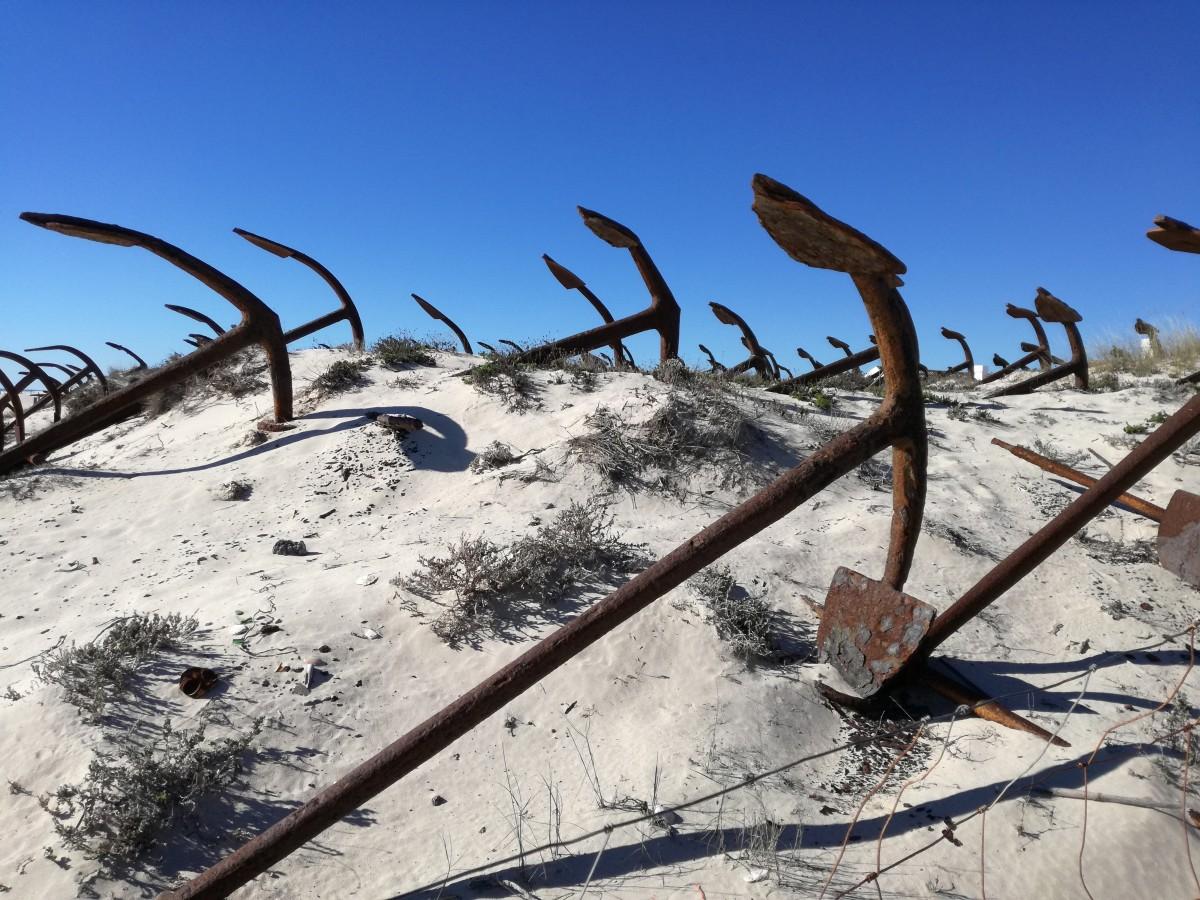 Een aantal van de meer dan 200 oude ankers bij het strand van Barril waar vroeger de netten aan werden gehangen voor de tonijnvangst.
