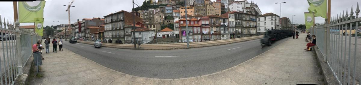 Schetsers tekenen de huizen aan de Rua Nova da Alfândega