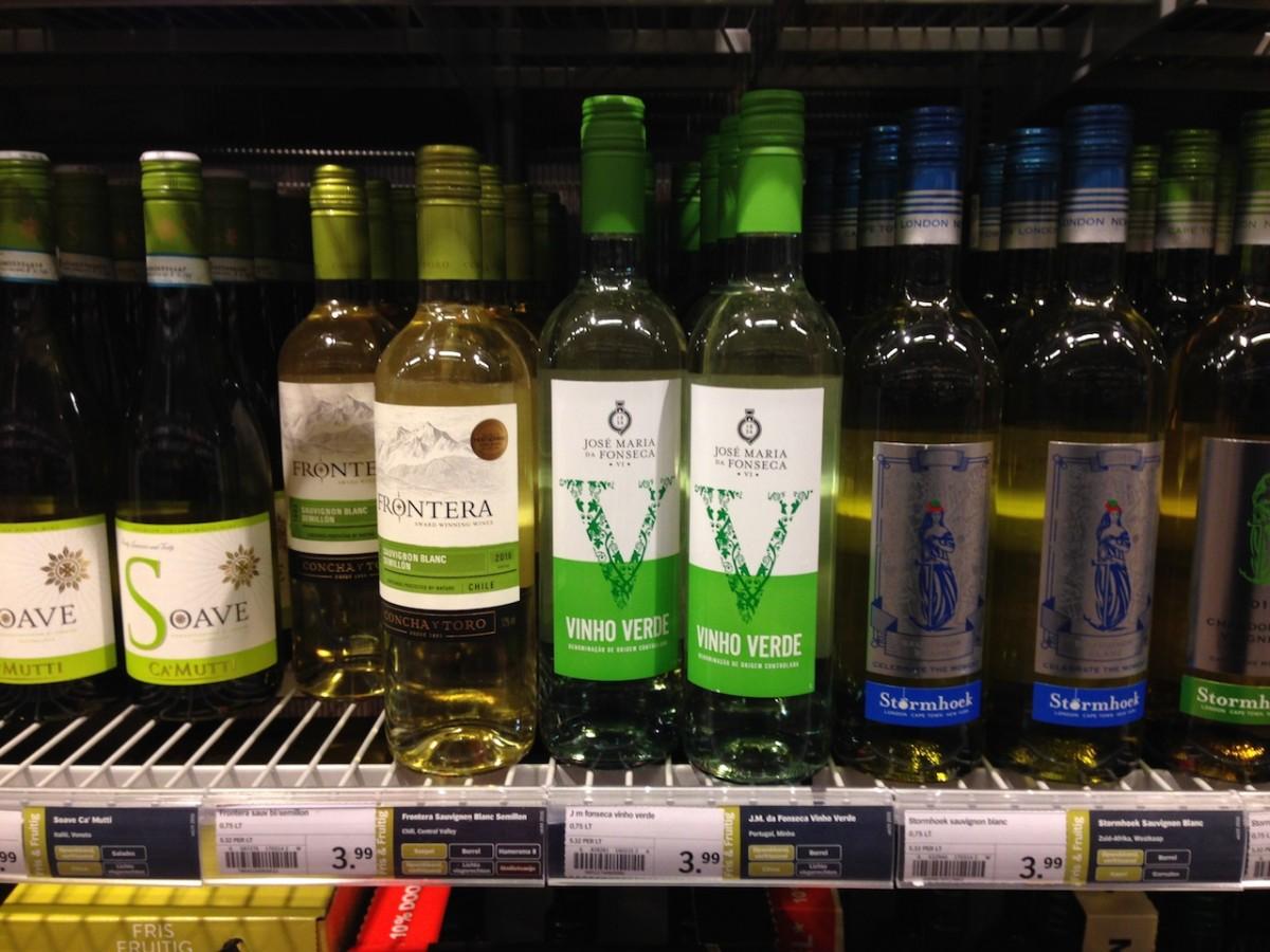 Foto van schap met wijnflessen bij Albert Heijn