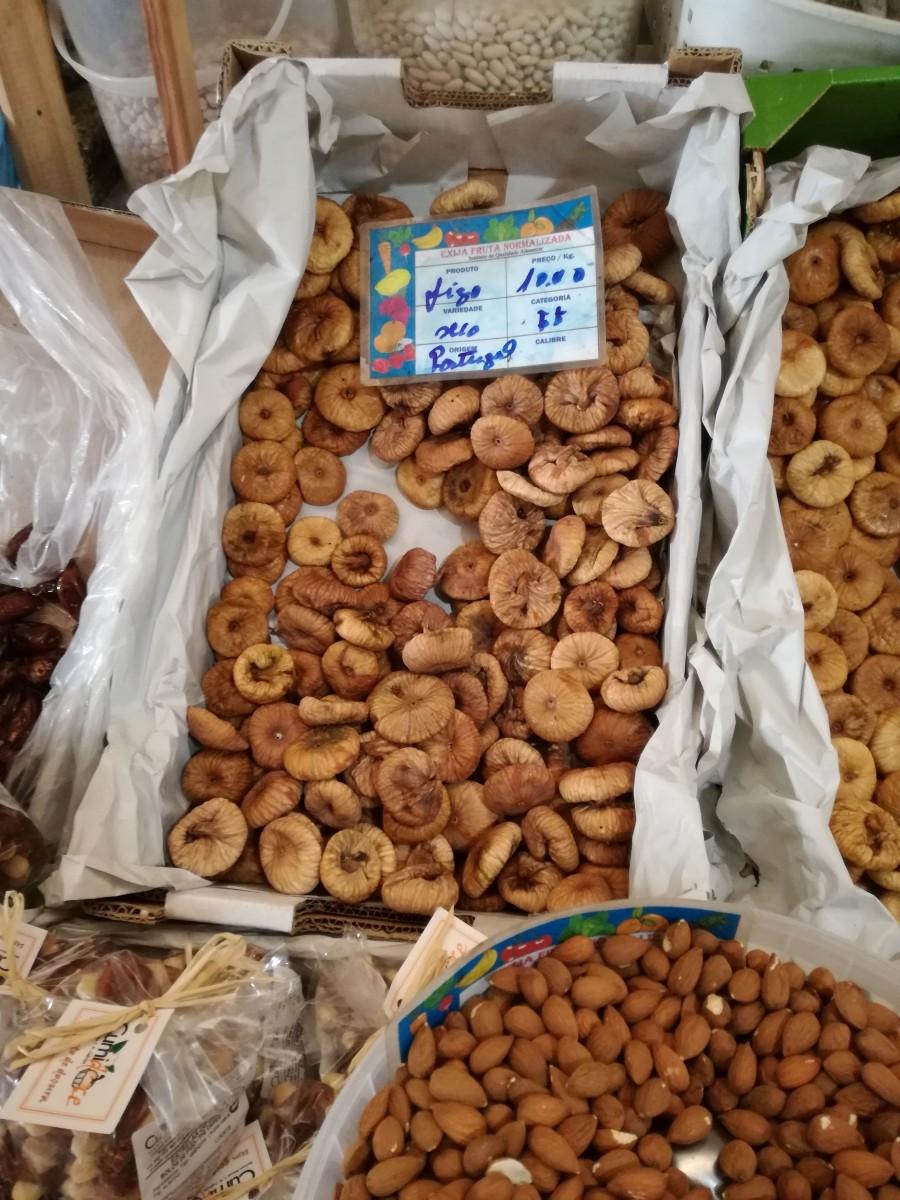 Gedroogde Portugese vijgen op de markt. Ernaast liggen amandelen.