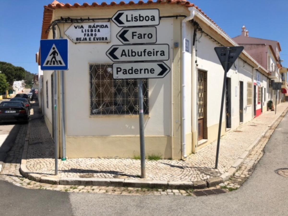 """Kijk, daar op dat hoekpand dat de straten keurig uit elkaar houdt. """"Via Rápida"""", staat erop."""