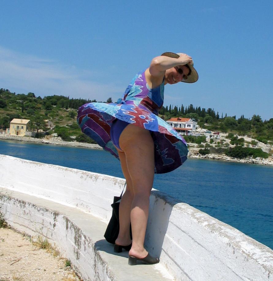 In Potugal dragen we met oud&nieuw blauw ondergoed. Deze dame had niet op de wind gerekend.