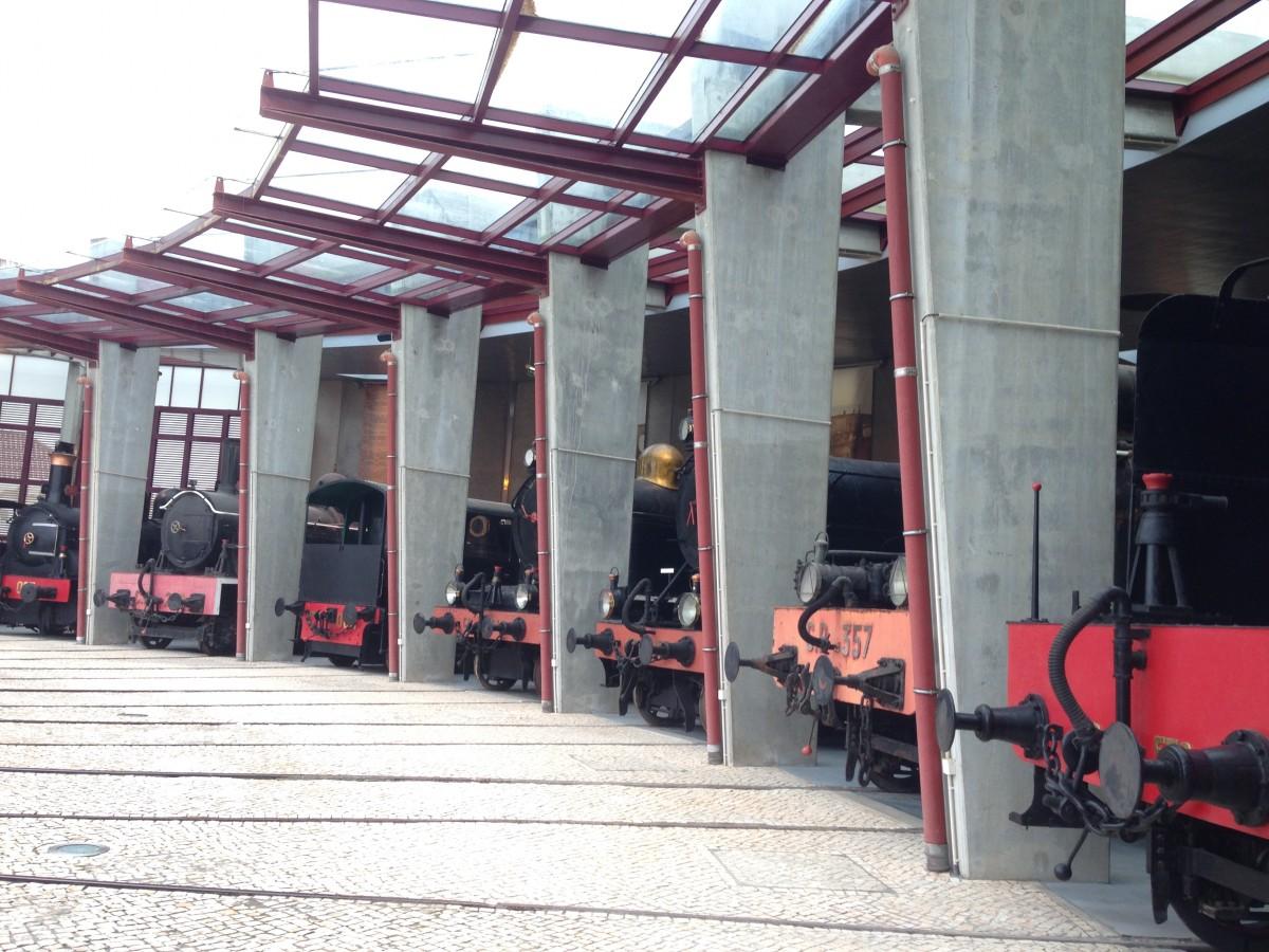 treinen in een hangar