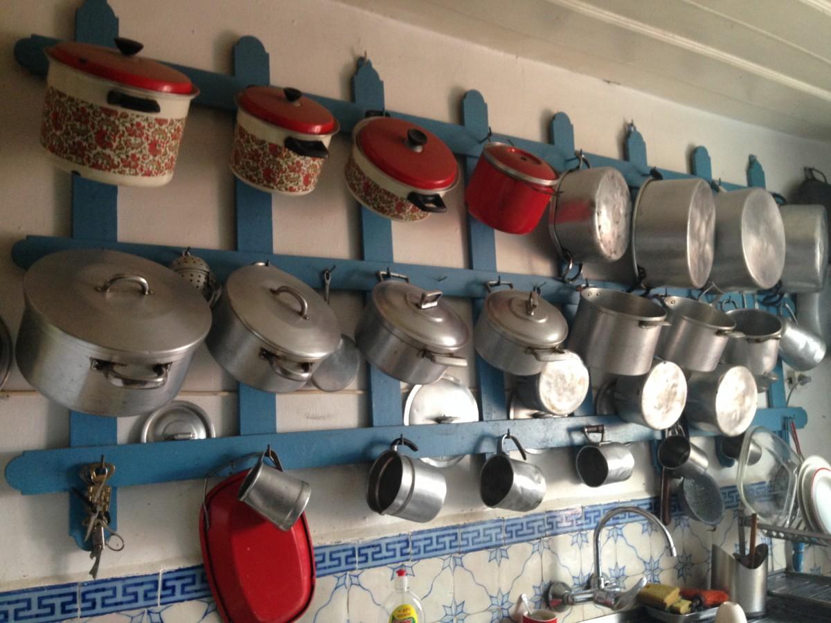 Een rek met pannen in de keuken.