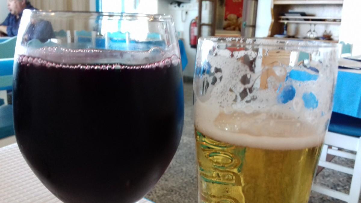 Een heel vol glas wijn in een Portugees restaurant.