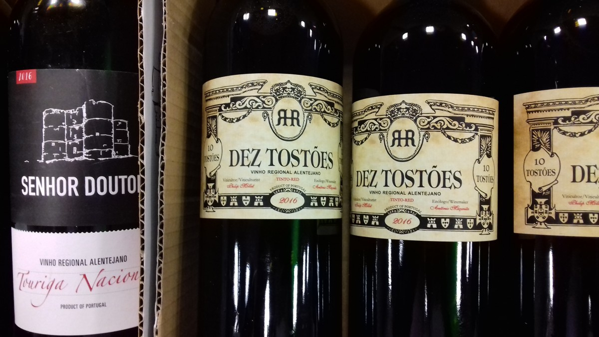 Wijnetiketten met bijzondere namen, typisch voor kleinere wijnboeren.