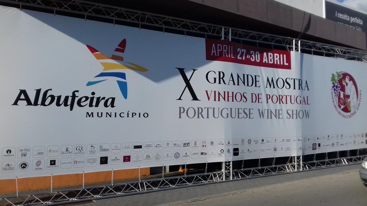 Reclamespandoek voor de jaarlijkse wijnshow in Albufeira