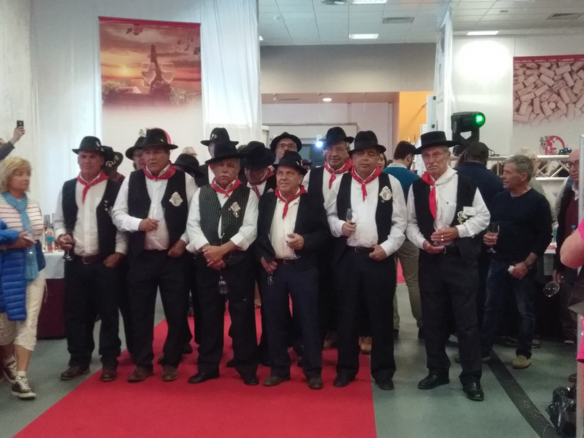 Portugese folkloristische zanggroep tijdens de jaarlijkse wijnshow in Albufeira