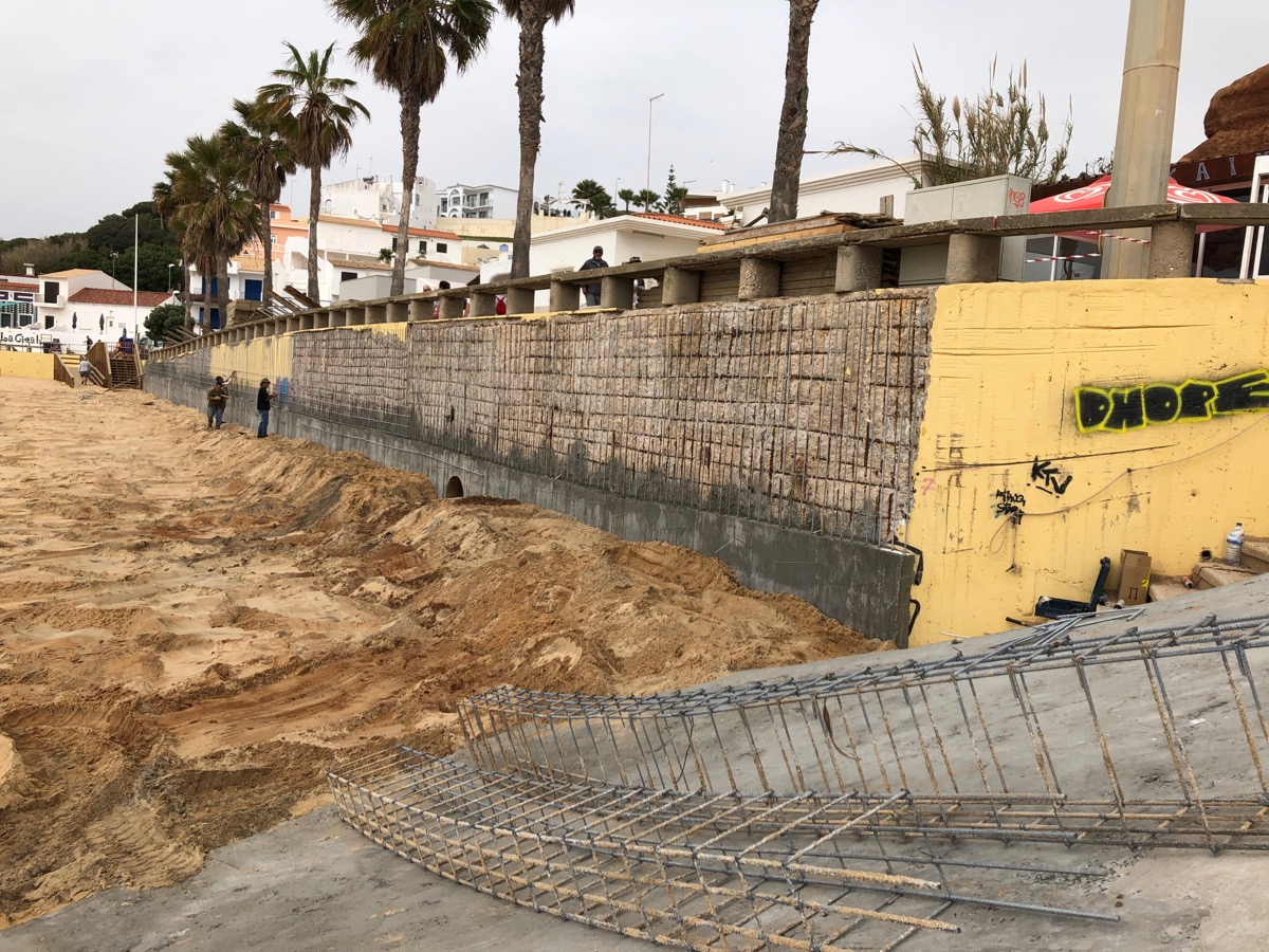 Werklui die een keermuur bouwen