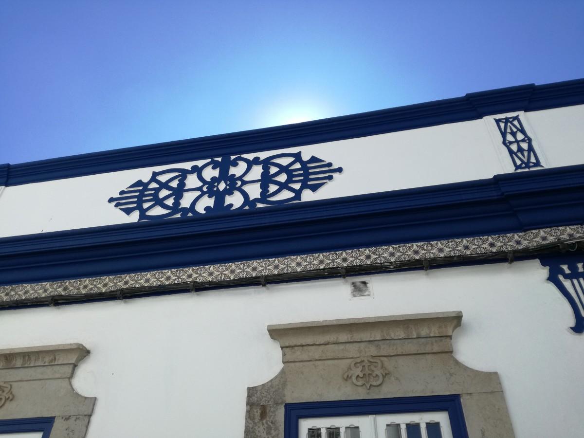 Een daklijst in blauw met een geometrisch patroon in stucwerk aangebracht en blauw geschilderd.