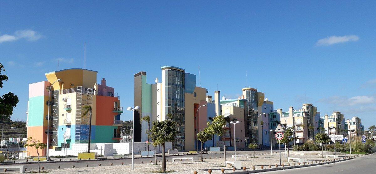 Veelkleurige gebouwen in de bijzondere architectuur van de marina van Albufeira, door architect Tomas Taveira