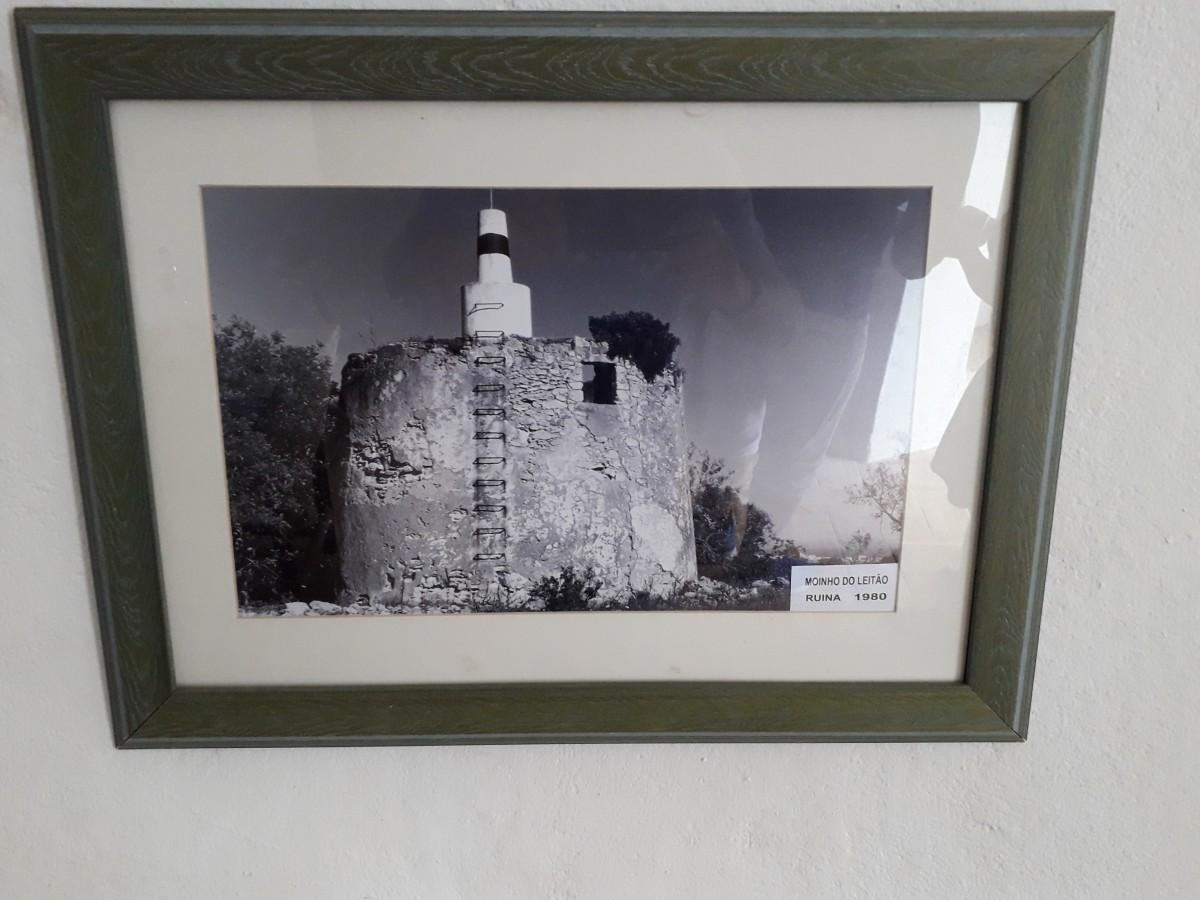 Lijst met een foto van de ruine van de molen van Paderne uit de vorige eeuw.