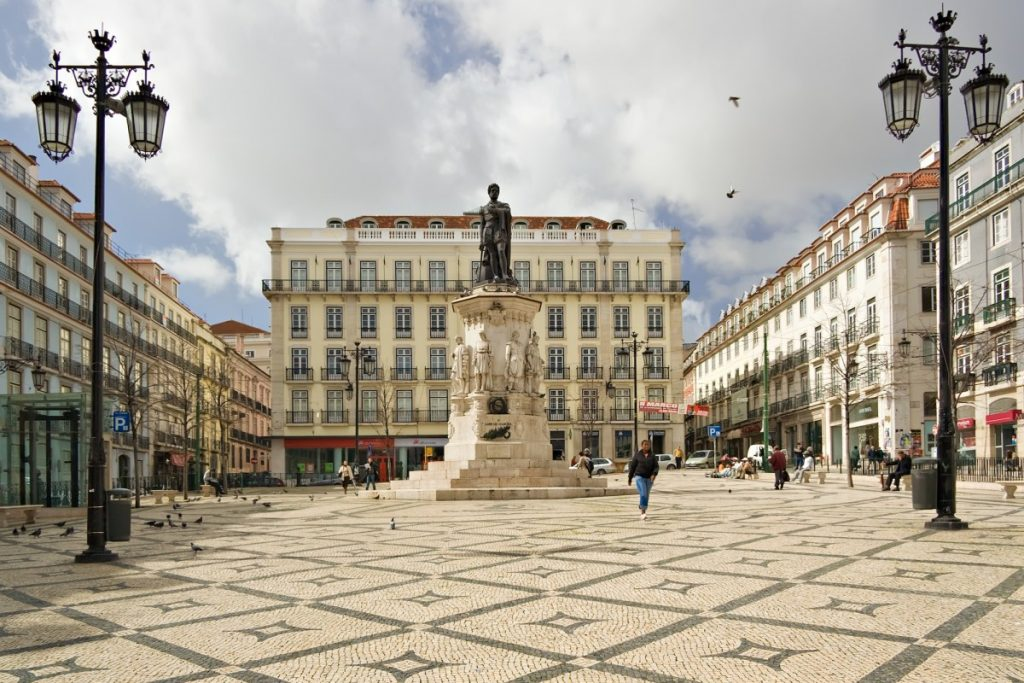 Praça Luís de Camões door Luca Galuzzi, CC BY-SA 2.5, https://commons.wikimedia.org/w/index.php?curid=3146208