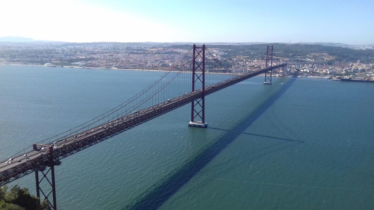 """Foto van de brug """"25 april"""" die ooit gebouwd werd als """"Ponte Salazar"""""""
