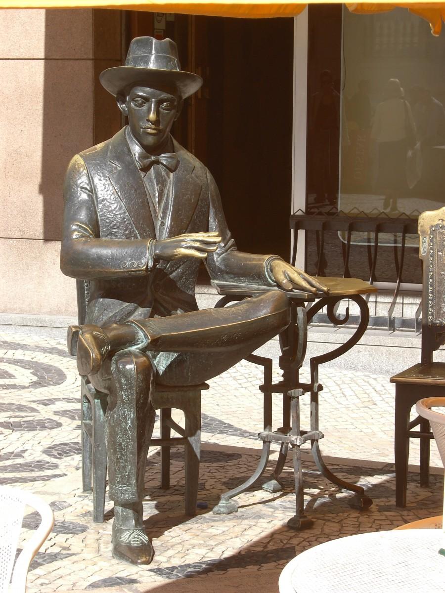 Stanbeeld van Fernando Pessoa in Lissabon.