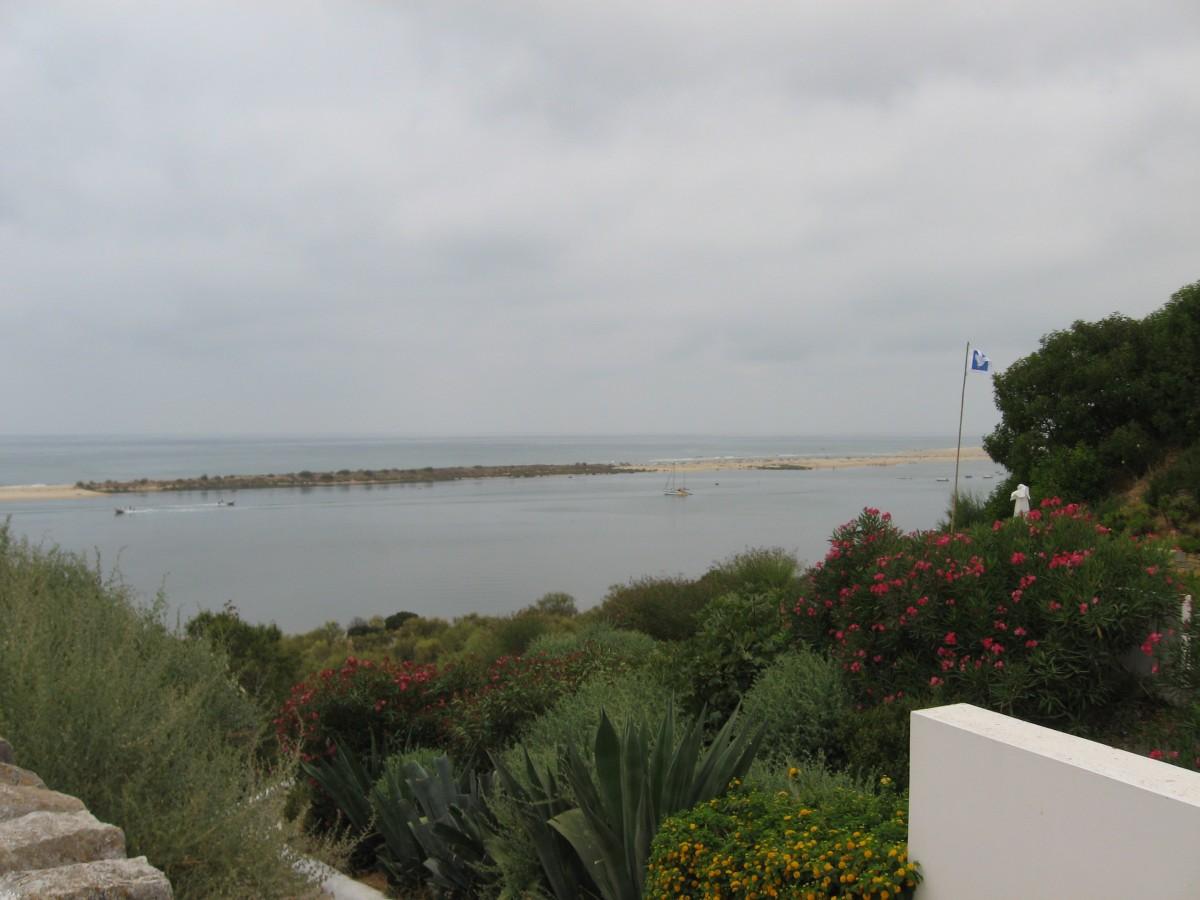 Uitzicht vanaf de rots van Cacela Velha over de Atlantische Oceaan. Je ziet dat het strand op een eiland ligt.