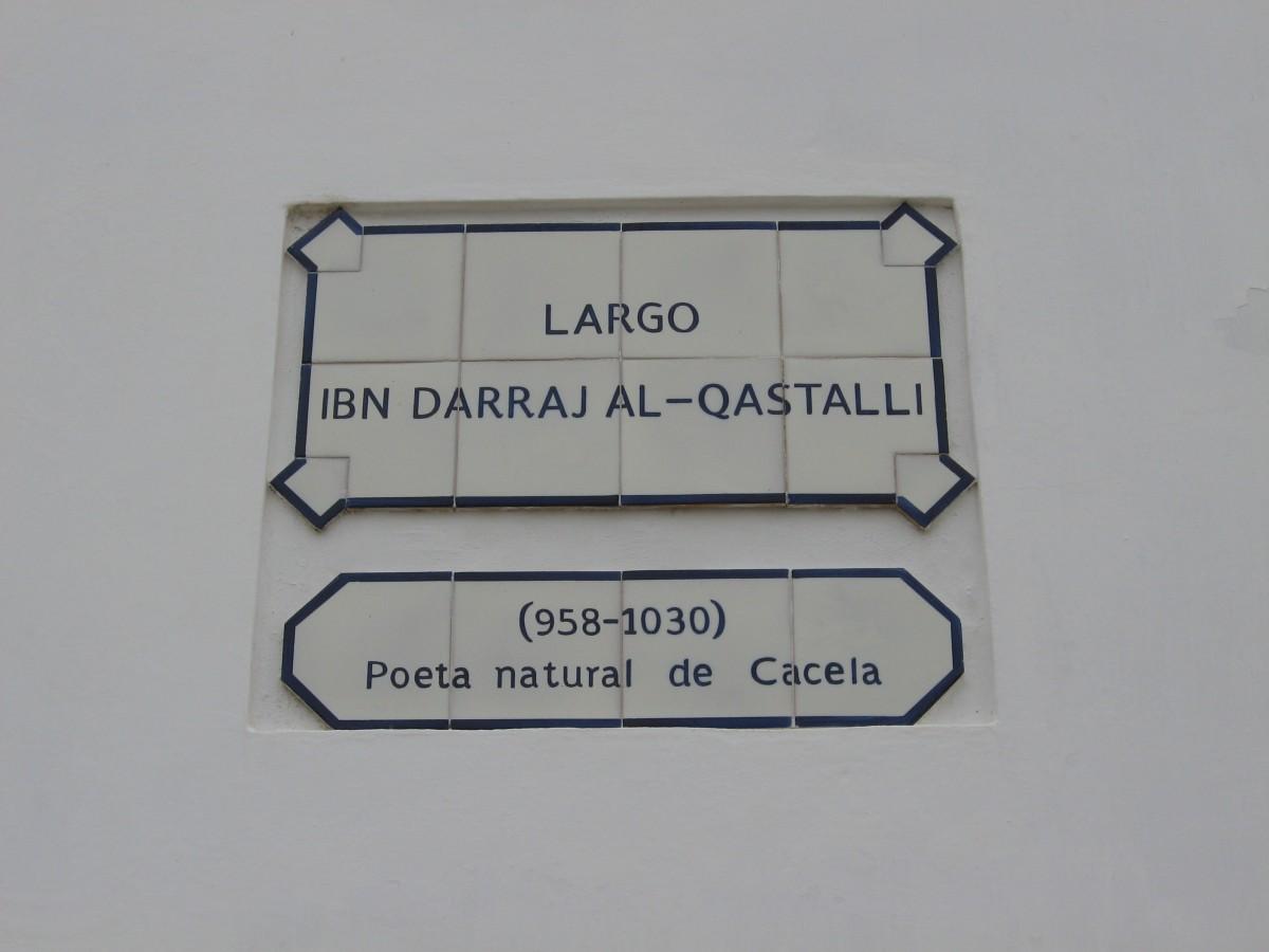 Tegeltableai in Cacela Velha met de naam van de dichter Ibn Darraj Al-Qastalli die er geboren werd.
