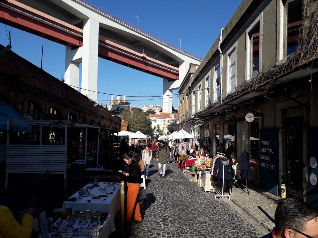 Marktkramen onder de Ponte 25 de Abril in de LX Factory
