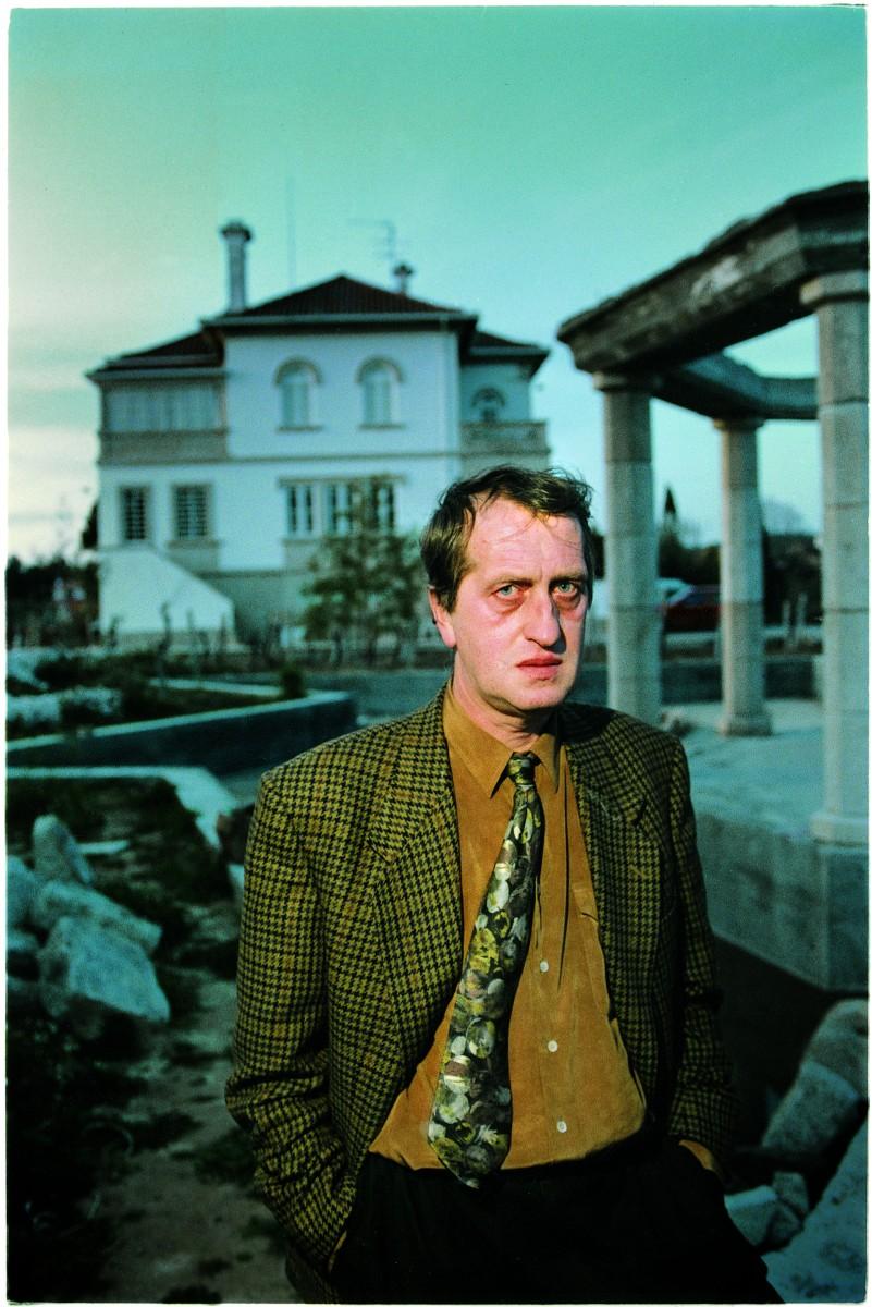 Foto van Komtij uit 1994. voor zijn huis in Vila Pouca.