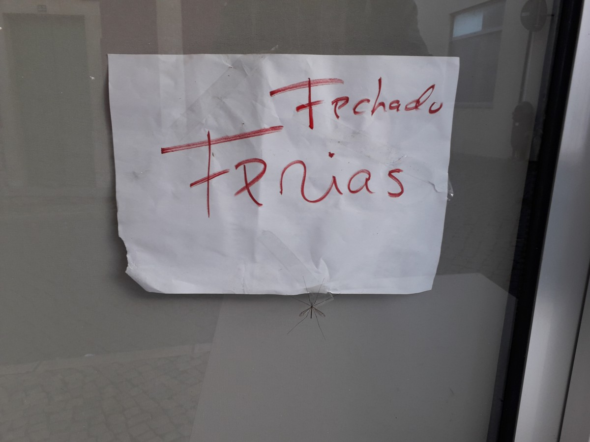 Handgeschreven briefje om de sluiting van een restaurant ivm vakantie aan te kondigen, zonder data of verdere info.