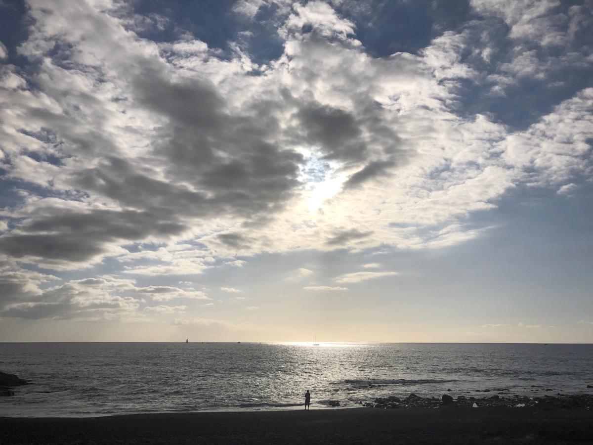 Zonsondergang over een bewolkte oceaan