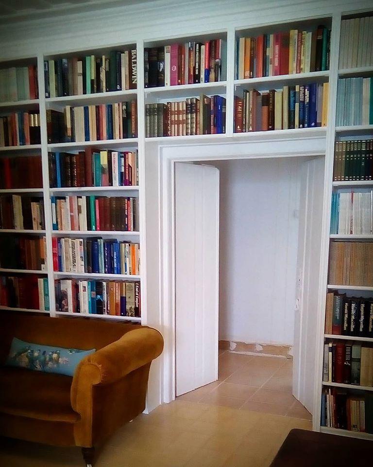 Boekenkast rondom een deur