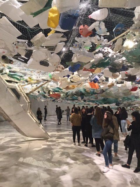 Hal van MAAT met daarin een expositie over de vervuiling van de oceanen
