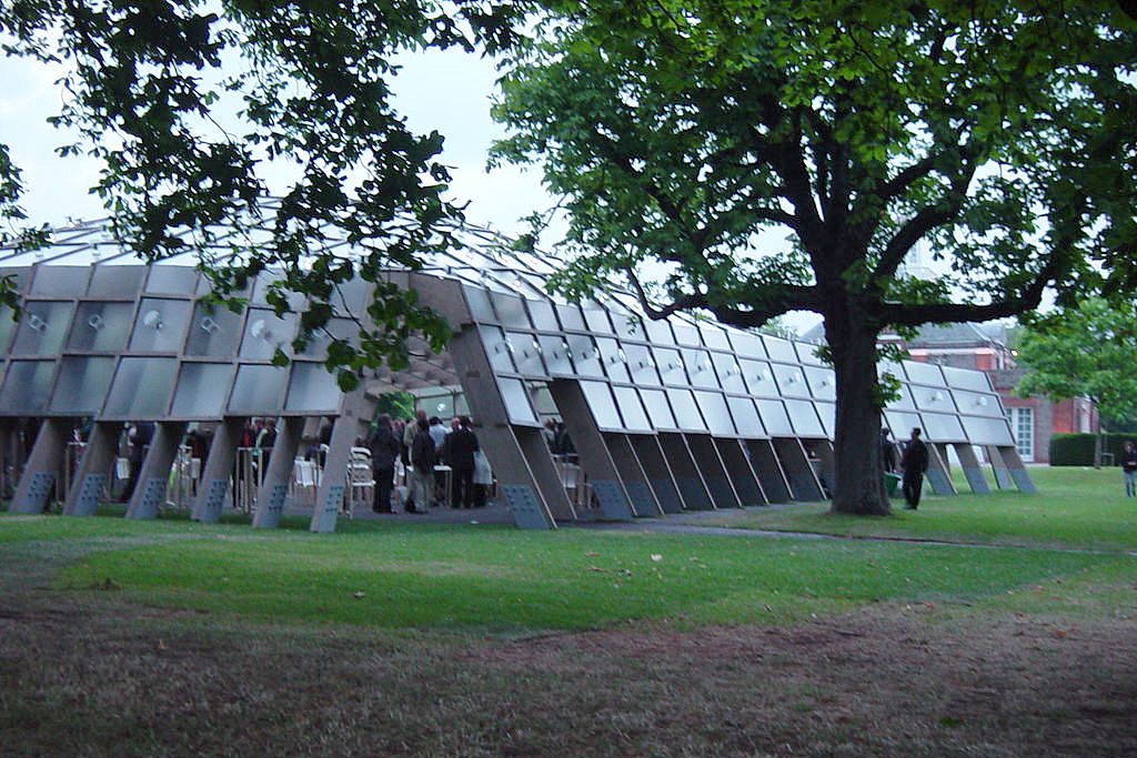 Dit is een gebouw uit de organische of moderne architectuur stroming. Het lijkt op een groot insect.