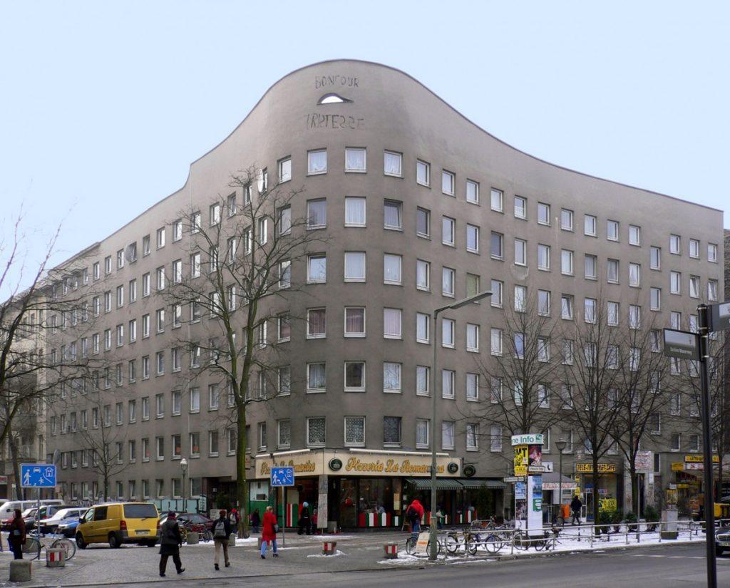 Sociale woningbouw van de Portugees Alvaro Siza in Kreuzberg, Berlijn. Het is een residentie van voornamelijk ex Turkse bewoners