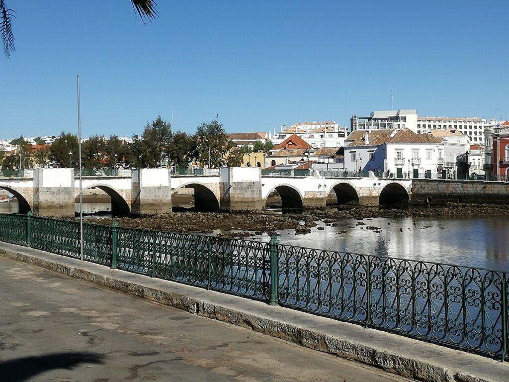 De Romeinse brug in Tavira met 7 bogen over de rivier met twee namen.