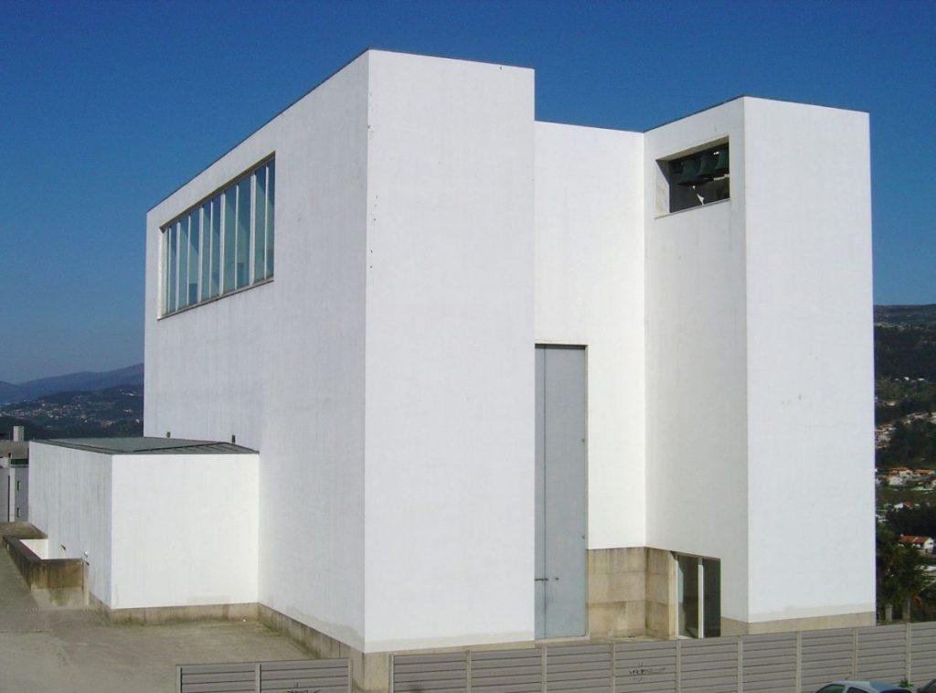 Een moderne kerk die transparantie uitstraalt. Er is overal daglicht en er is ook een contact met de buitenwereld.