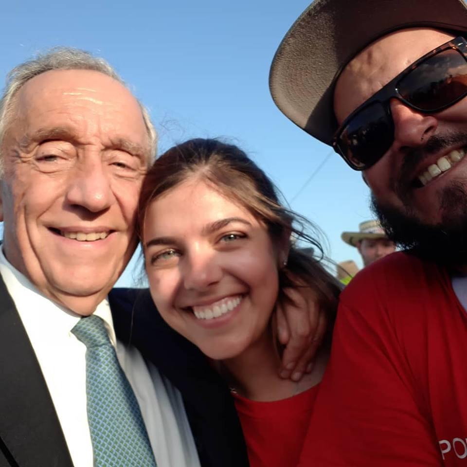 """""""selfie"""" van twee portugese jongeren met president Marcelo Rebelo de Sousa"""