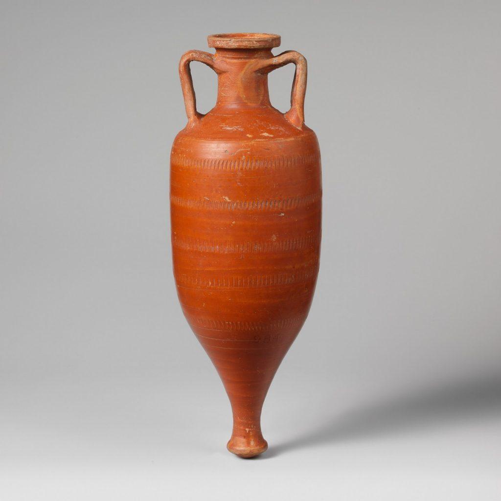 Amfora. Een aardewerken kruik waarin bijvoorbeeld vissaus werd bewaard en getransporteerd. De kruik kan niet staan, maar kan wel gestapeld worden of in het zand rechtop gezet.