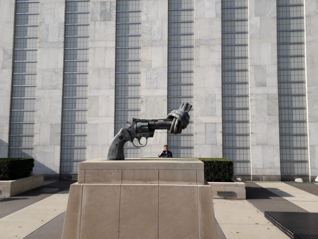 """Vredessculptuur """"The Knotted Gun"""" voor het gebouw van de Verenigde Naties in New York"""